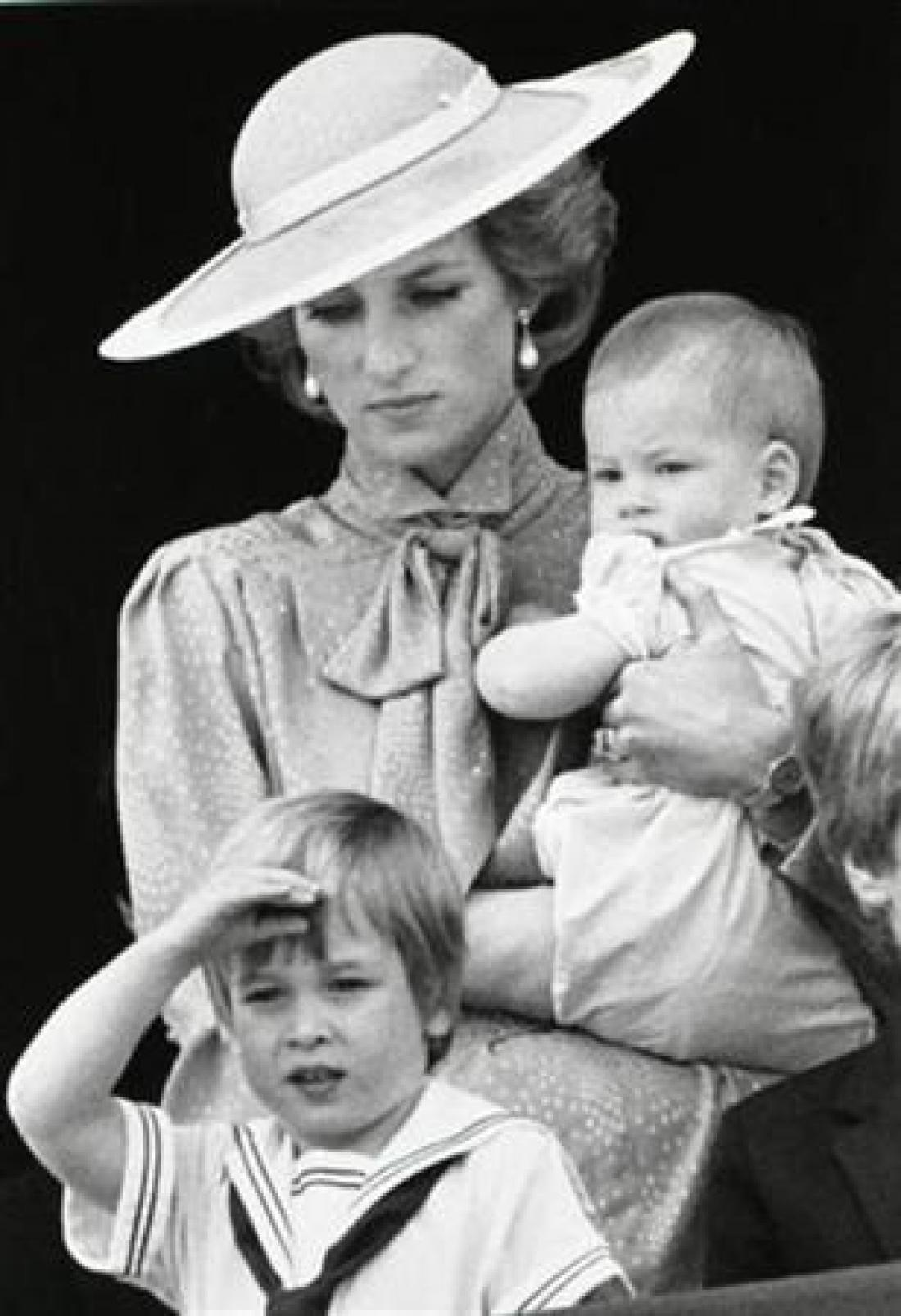 Diana z Williamom in Harryjem leta 1985. Foto: Reuters/Roy Letkey